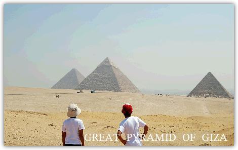 ギザのピラミッドを眺める子ども達