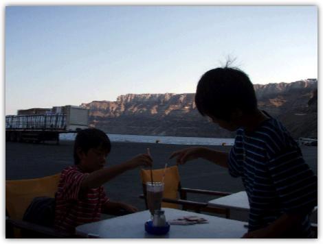 アティニオス港のカフェでホットチョコレートを飲む子供達