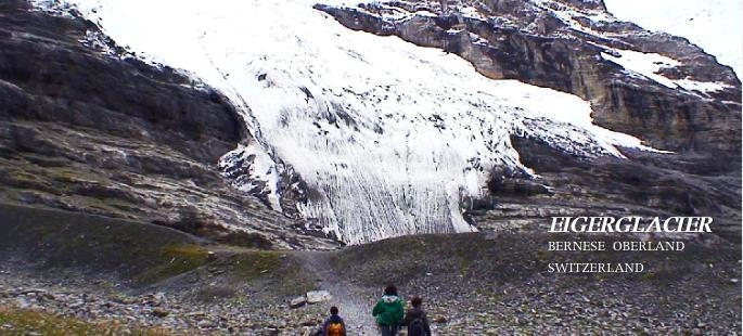 アイガー氷河を見ながらすすむ