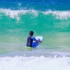 ハハワイのビーチで波に向かう次男
