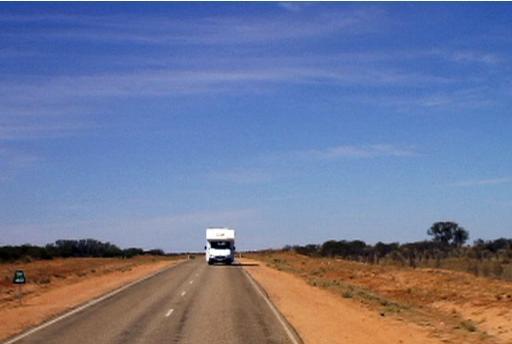 オーストラリアの大地を走るキャンピングカー