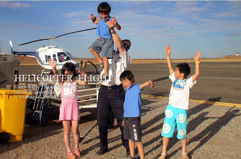 ヘリコプターフライトを終えて子ども達と記念写真