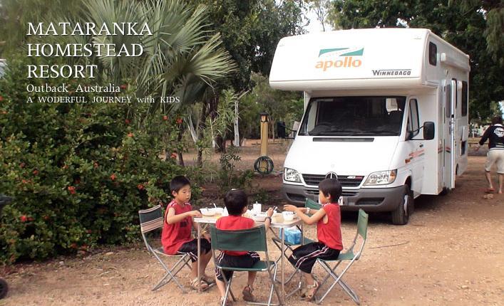 マタランカ温泉のキャンプ場で朝食を食べる子ども達