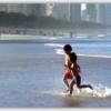 夕映えのサーファーズパラダイスビーチで遊ぶ子ども達