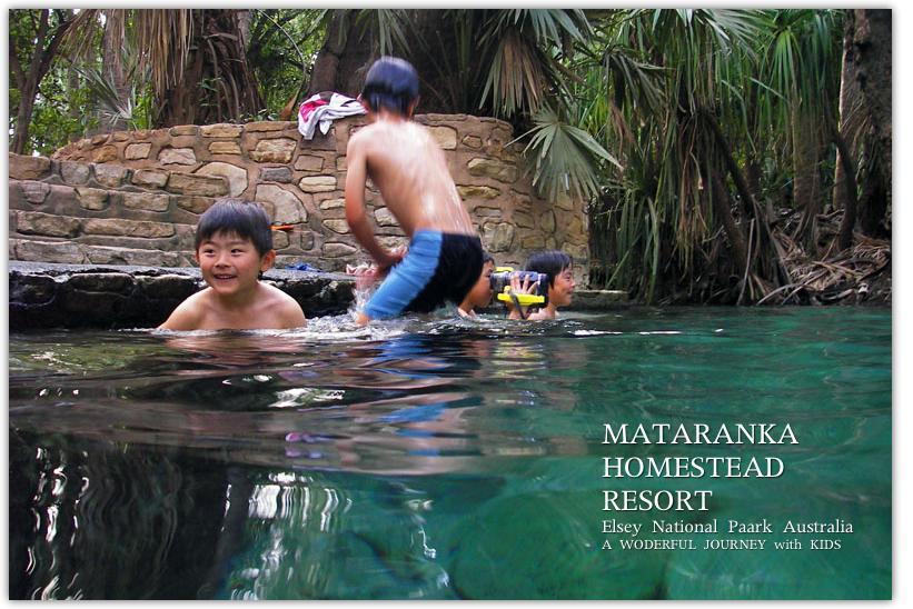 マタランカ温泉で泳ぐ子ども達