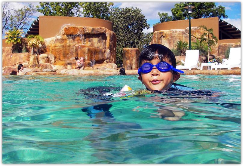 プールで泳ぐリュウ