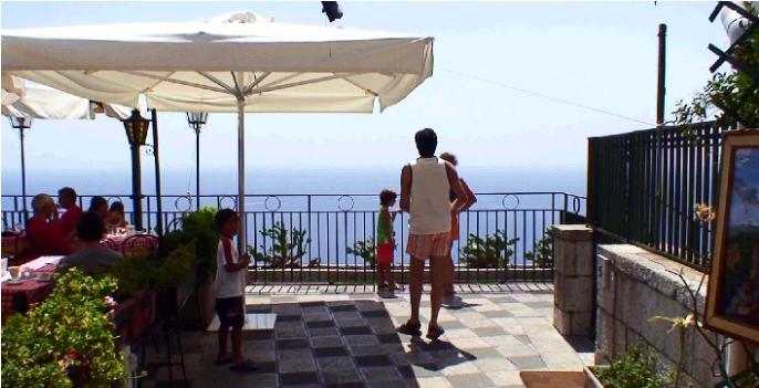 4月9日広場かrタオルミーナの海を眺める