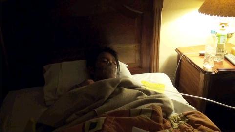 クスコのホテルで酸素吸引を受けるリュウ