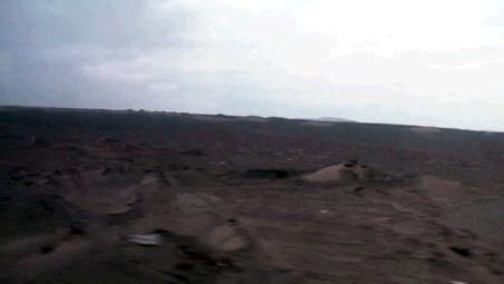 砂漠の中を進む