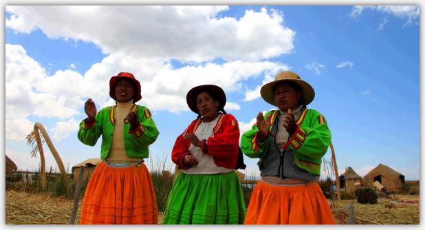 チチカカ湖にう浮かぶウロス島の女性達