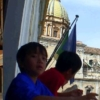 市庁舎のバルコニーからプレトーリア広場を眺める子ども達
