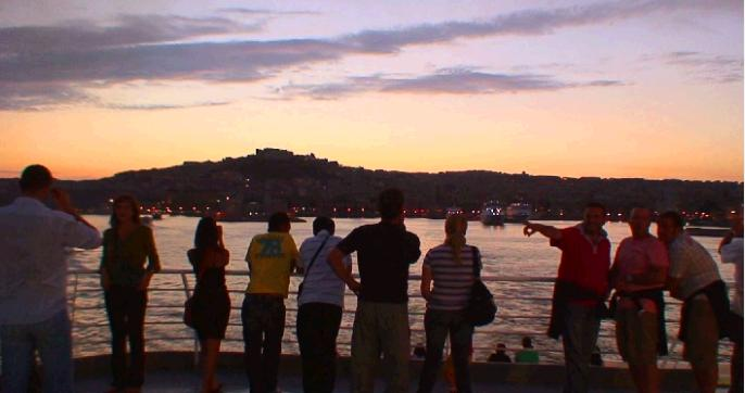 刻々と鮮やかに色がうつろうナポリ湾の夕景の写真