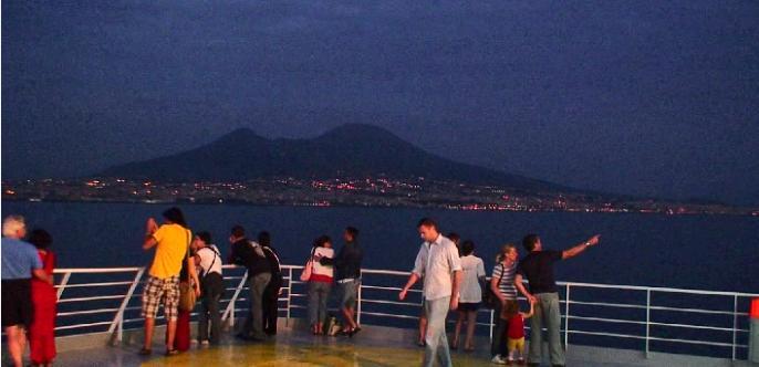ヴェスビオ火山とナポリの夜景を見ながらの贅沢なクルーズ