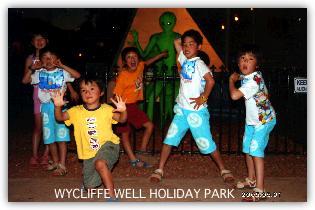 UFOの来るキャンプ場で子ども達と記念写真