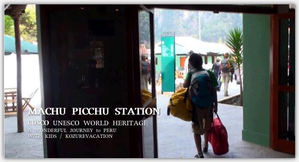 マチュピチュ駅に到着し列車から荷物を運ぶ長男