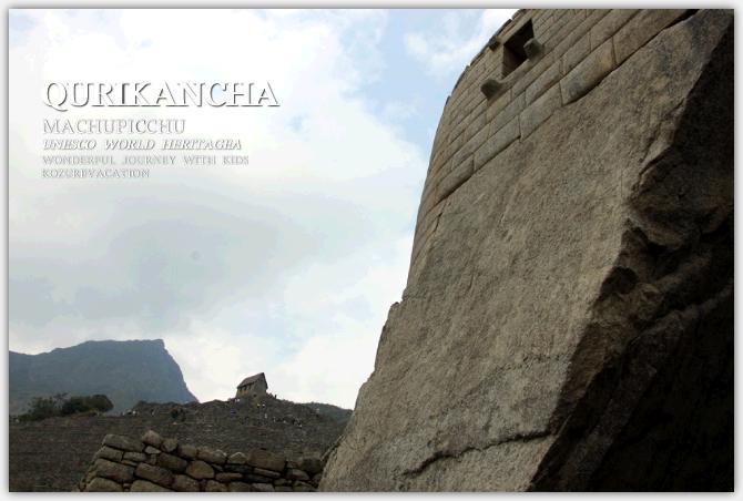 太陽神殿の土台の石組みとその背後に見えるアンデネス