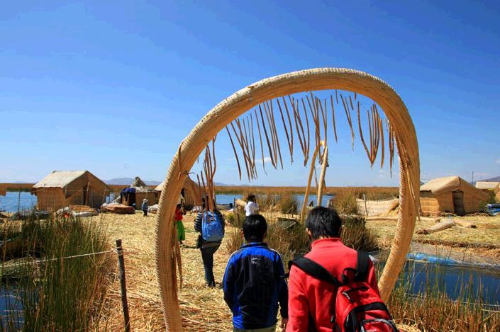 トトラで作られたウロス島の入島ゲート