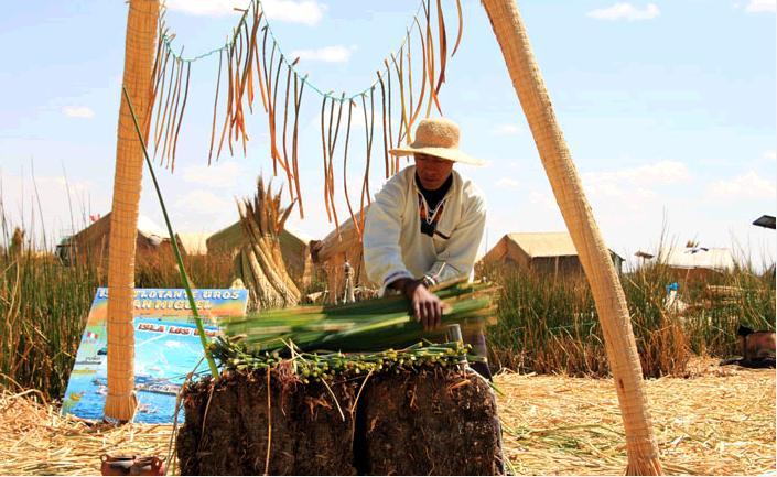島の土台作りを実演する大統領