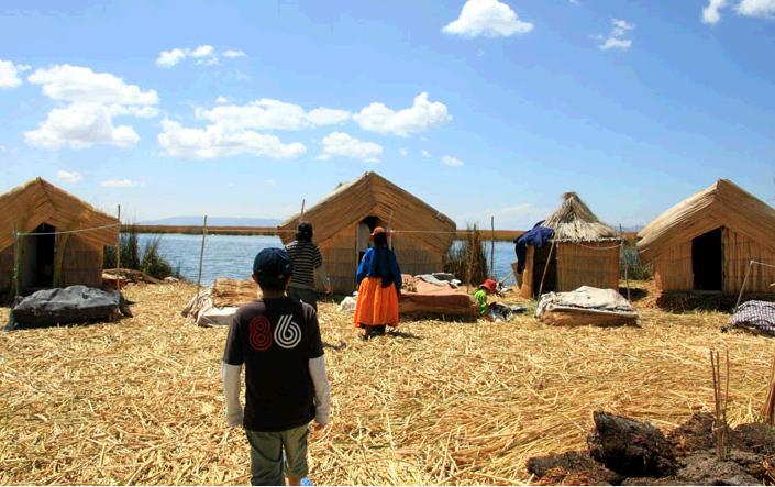ウロス島の家。島の縁に藁でできた家が4軒並んでいる。