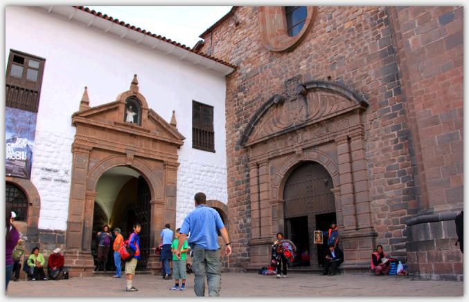 サント・ドミンゴ教会の入り口