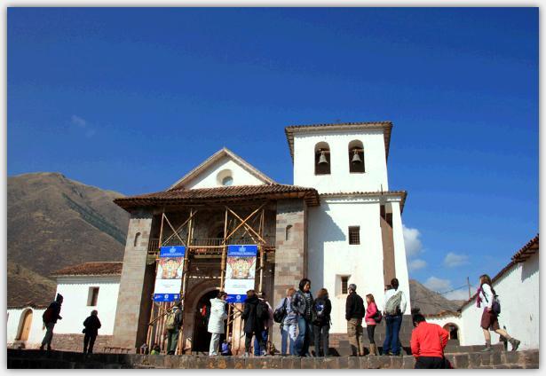 青い空をバックに建つ教会