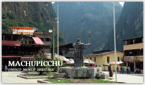 マチュピチュ村のアルマス広場。高い山に囲まれてインカ皇帝の銅像が背中を向けて立っている。皇帝の手には長い槍が握られている。