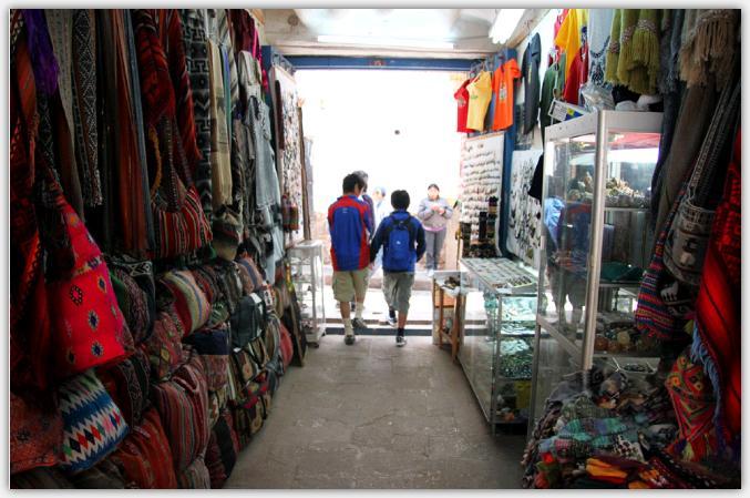クスコの民芸品を売るお土産ショップ