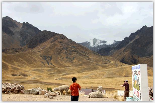 ララヤ峠から見るアプチポヤサクテレ山
