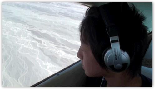 セスナ機の窓から見下ろすナスカ平原
