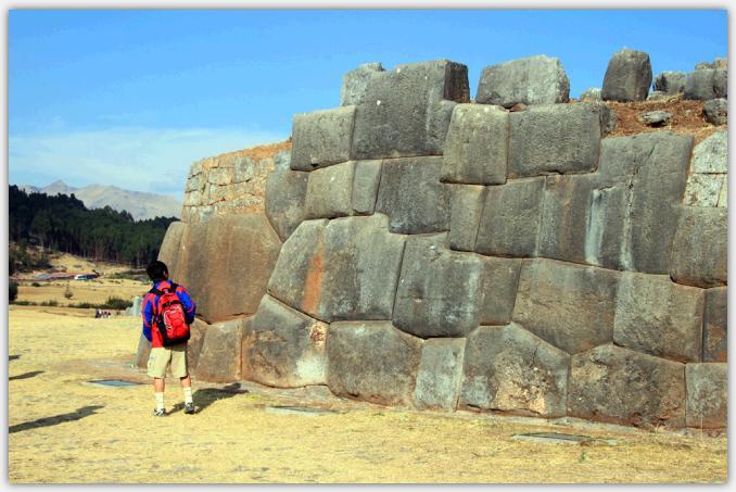 石組みの壁を見上げる長男