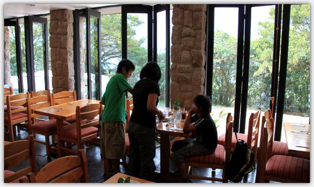 レストランでは窓側のテラスに面したテーブルを利用した。