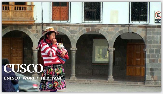 カテドラル前に立つペルーの民族衣装の女性