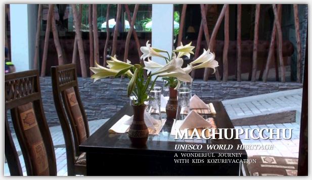イタリア料理レストラン。4人掛けテーブルの上にはユリの花が花瓶に入って飾られている。
