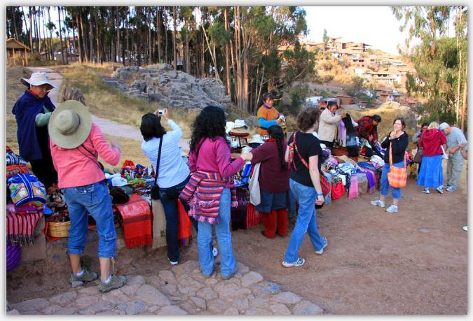 クスコの民族衣装を着た人たちによる土産物の露店