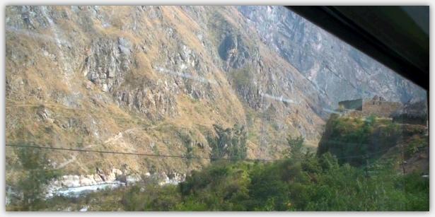 険しい山肌をすすむインカ道
