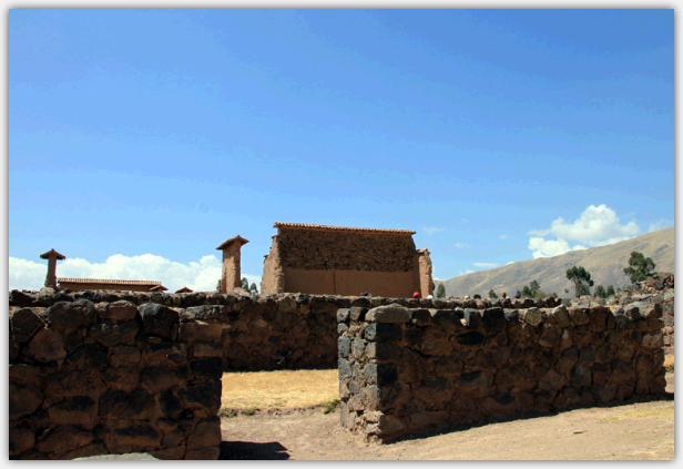 ラクチ遺跡の中心、ビラコチャ神殿の壁が見えてきた。