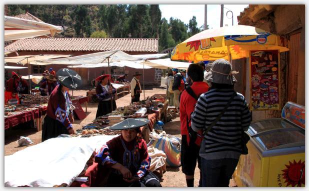 ラクチ遺跡の観光客向けに青空市場が開かれている。民族衣装にみを纏った売り子の女性の間を通り抜ける子供達。