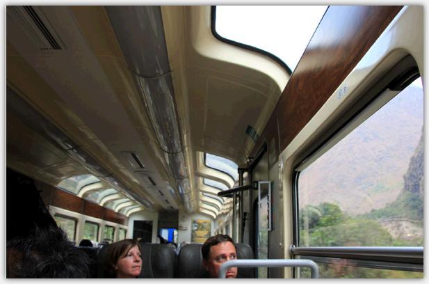 ビスタドーム号の車内。天井にも窓がある。