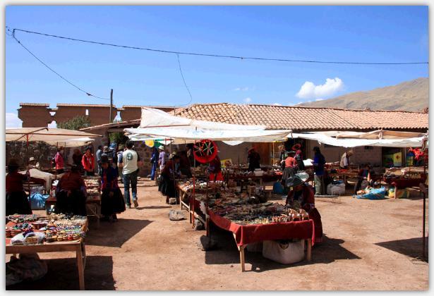 民芸品市場で買い物