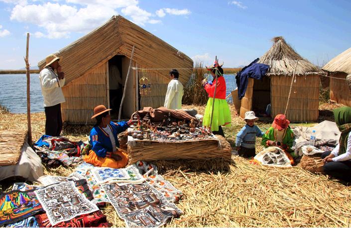 家の前で織物やアクセサリー、雑貨など民芸品を展示する島の人々。
