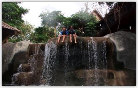 滝の上に座る2人
