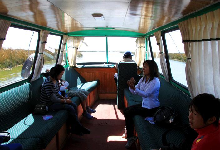 クルーズ船の船内。座席は路線バスのように向かい合っている。