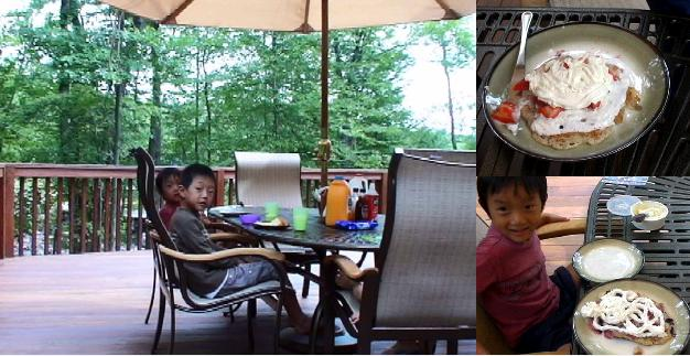 別荘のテラスでハングリージャックのパンケーキを食べる子ども達