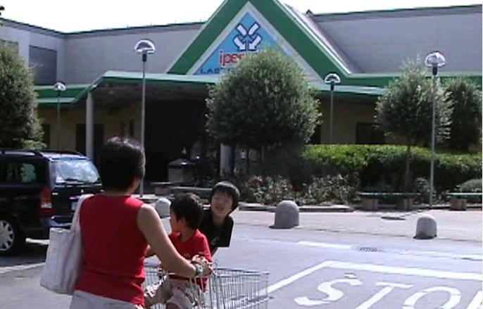 イタリア・フィレンツェのスーパーの駐車場でカートに乗って喜ぶ長男と次男