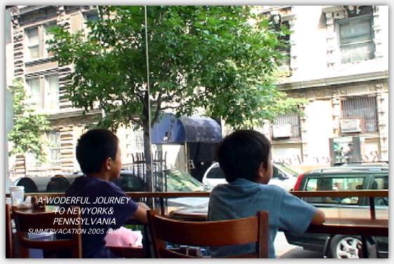 長男と次男が並んで座っている写真