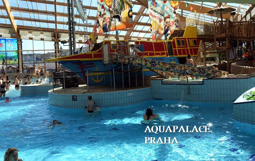 海賊船のあるプール。