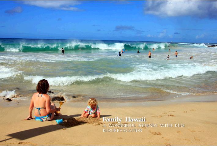 ハワイのビーチで砂遊びをする親子