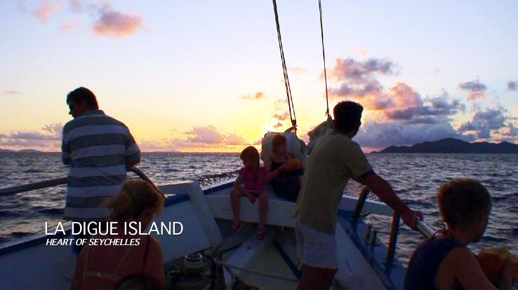 ラディーグ島のサンセットクルージングでセイシェルの夕日を眺める