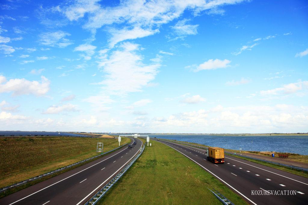 オランダの海沿いの高速道路
