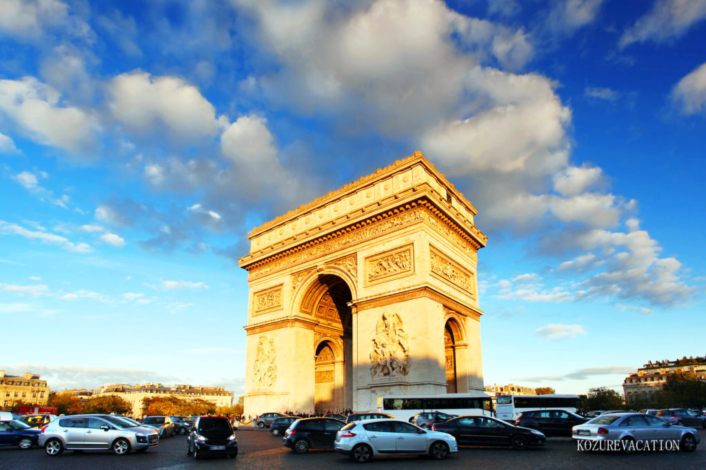 パリの凱旋門の交差点